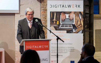 Wirtschaftsminister Jörg Steinbach gratuliert Digitalwerk zum 1-jährigem Bestehen